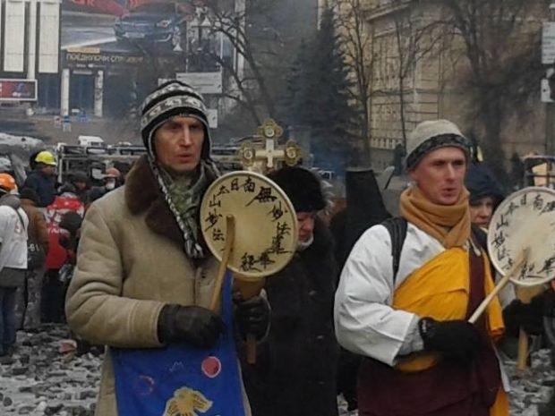 Молитва о прекращении насилия (слева - направо: буддийский монах из Донецка Сергей Филоненко и настоятель буддийского монастыря в Паньковке Сергей Жданкин).