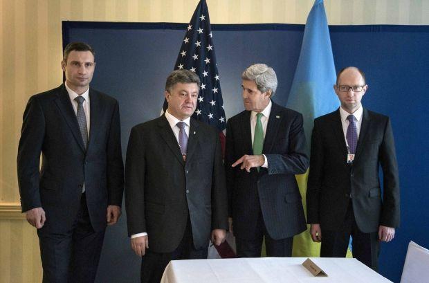 Лидеры оппозиции Виталий Кличко и Арсений Яценюк, а также Петр Порошенко на встрече с Госсекретарем США Керри в Мюнхене / REUTERS