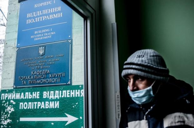 Активист Евромайдана около больницы №17
