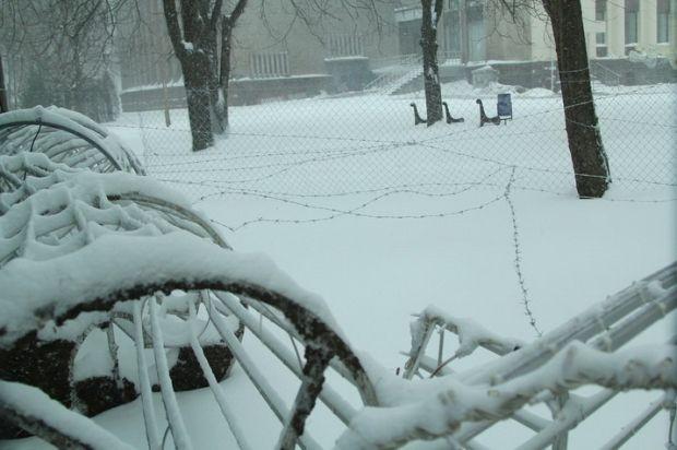 28 января после штурма Днепропетровской ОГА власти обнесли забор вокруг здания колючей проволокой