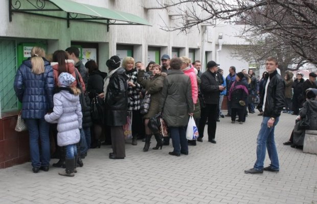 Following the announcement of the nationalization, people rushed to ATMs / Photo from UNIAN