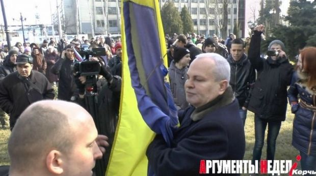 Мэр Керчи пытается защитить украинский флаг, фото an.crimea.ua