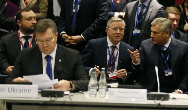 Кокс і Квасневскій поряд з Віктором Януковичем на саміті