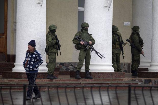 По мнению Яценюка, Москва прислал в Крым войска, чтобы сорвать курортный сезон / REUTERS