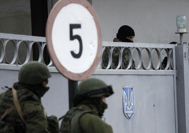 Крым, Симферополь, российские военные / REUTERS