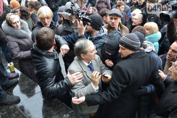 Митингующие заявили, что будут стоять, пока их требования не выполнят / 048.ua