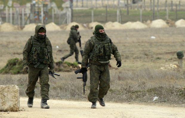 Военные РФ обустраивают посты на севере Крыма / REUTERS