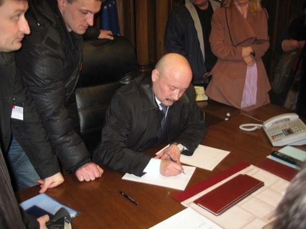 Вячеслав Шаталов пишет заявление об отставке / v-variant.lg.ua/