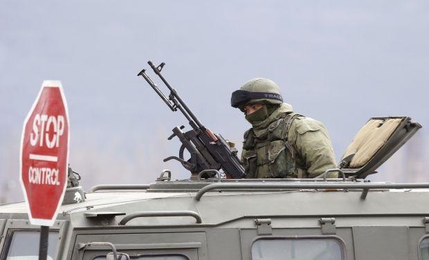 Российский военный в Крыму без опознавательных признаков, иллюстрация / REUTERS