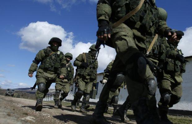 Автоматчики заблокировали украинских офицеров / Reuters