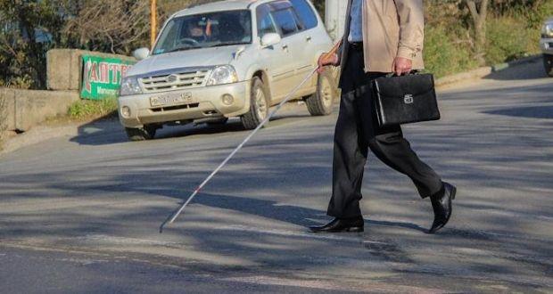 не все люди правильно реагируют на человека с белой тростью, не пропуская его на улице / Фото: primamedia.ru