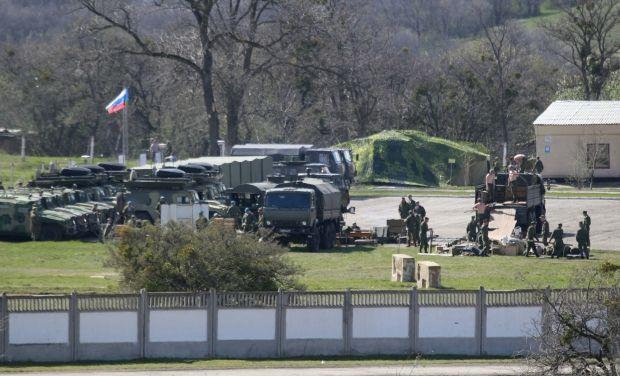 Россия продолжает наращивать военное присутствие (на фото - войска РФ в Перевальном) / REUTERS