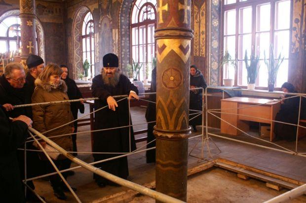 Керівництво монастиря і заповідника слідкує за роботами з відновлення храмів