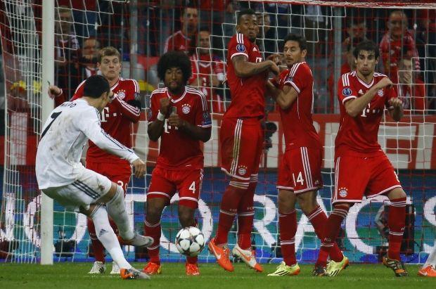 Криштиан Роналду забивает второй гол / Reuters