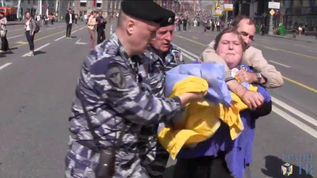 Задержание ОМОНом проукраинских активистов в центре Москвы