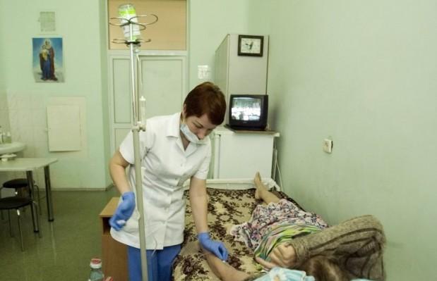 При поступлении в больницу у больных отмечалась высокая температура тела до 39 градусов, выраженная интоксикация, рвота, диарея, боли в животе / Фото: УНИАН