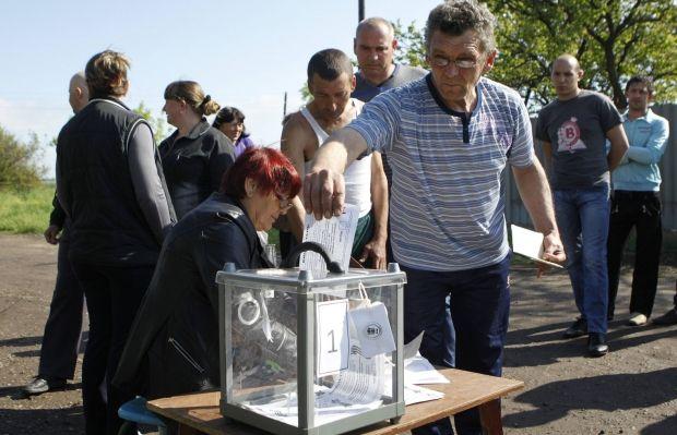 В Луганске можно проголосовать не только за себя / REUTERS