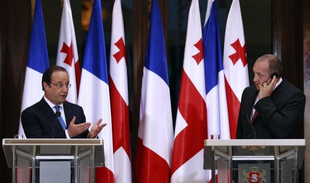 Hollande promises to toughen sanctions against Russia in case of breakdown of Ukrainian elections/ Reuters
