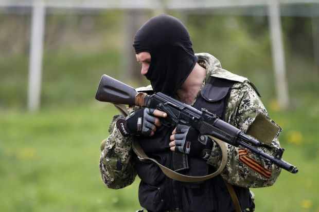 Fighters  fire at positions of soldiers in Slaviansk at night / REUTERS
