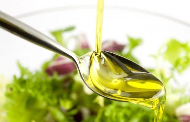 Оливковое масло в салате / Фото: mybeautydoctor.ru