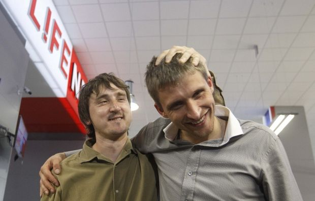 Lifenews, Олег Сидякин и Марат Сайченко / REUTERS