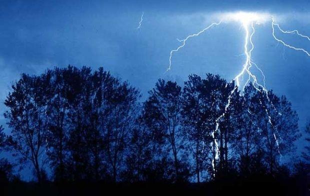 молния ударила 56-летнего местного жителя, когда он шел домой / Фото: the-day-x.ru