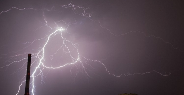 Молния попала в телегу / Фото УНИАН