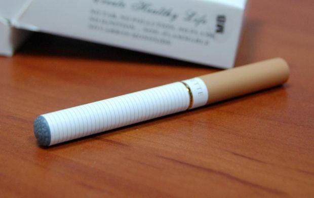 Ученые советуют отказаться от клубничных жидкостей для электронных сигарет / Фото : ТСН