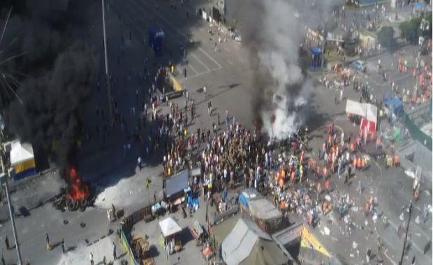 На Майдане так называемые самообороновцы подожгли шины