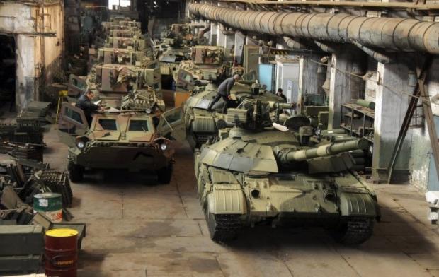 Бронетранспортеры БТР-4 и танки БМ