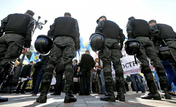 Митингующие пытаются попасть в здание ВР / Фото УНИАН