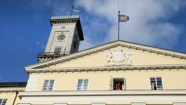 Во Львове чиновники мэрии отныне будут общаться с посетителями в специально оборудованных комнатах / Фото УНИАН