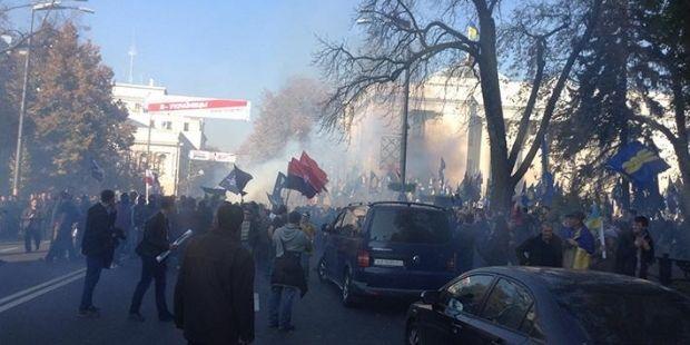 Раду начали забрасывать дымовыми шашками / фото Новости Донбасса