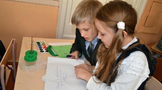 Школьники из села чувствуют себя счастливее учеников из города / фото УНИАН