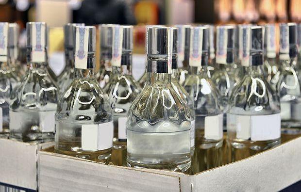 правоохранители изъяли 1500 литров готовой коньячно-водочной продукции и 100 литров спирта / Фото: depositphotos.com