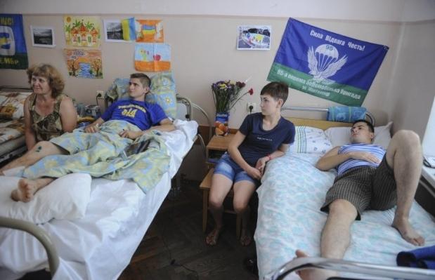 Волонтеры Киевского военного госпиталя приглашают неравнодушных киевлян приобщиться к проведению субботника / Фото: УНИАН