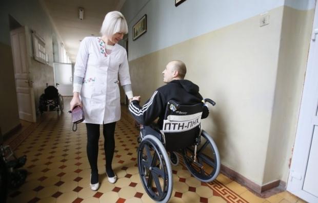 Військовик в інвалідному візку в Головному військовому клінічному госпіталі, в Києві,  / Фото: УНІАН
