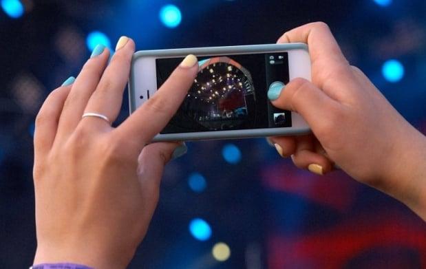 Больше 37% женщин смотрели на экраны своих мобильных телефонов во время разговора или на ходу / Фото: УНИАН