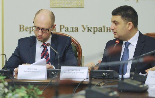 Глава правительства Арсений Яценюк подписівает коалиционное соглашение / УНИАН