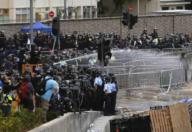 Riot police use a water cannon to disperse protesters during clashes outside the government headquarters in Hong Kong December 1, 2014 / REUTERS