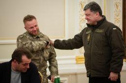 Порошенко вручив паспорт Сергію Коротких