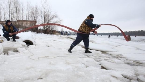 На Житомирщине спасли двух рыбаков, которые провалились под лед / фото УНИАН