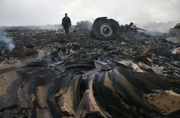 Сотрудник МЧС на месте катастрофы малайзийского Боинга, Донецкая область, 17 июля 2014 года / REUTERS