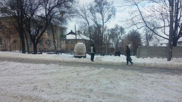 К уборке снега привлечено еще более 220 тракторов и малой механизации / Фото 056.ua