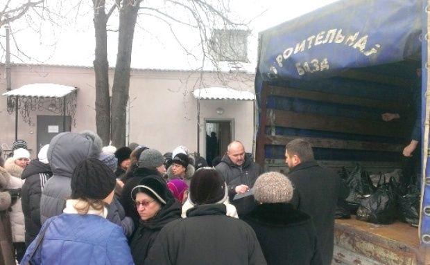 Выдача продуктовых наборов около храма св. прав. Иоанна Кронштадтского г. Перевальска.