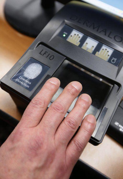 Сканер відбитків пальців під час презентації процедури оформлення біометричних паспортів, в будівлі Кабміну, в Києві, у п'ятницю, 9 січня 2015 р. Фото Володимира Гонтара / УНІАН