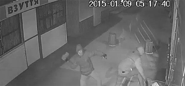 Скриншот с камеры наблюдения во время очередного нападения на магазин