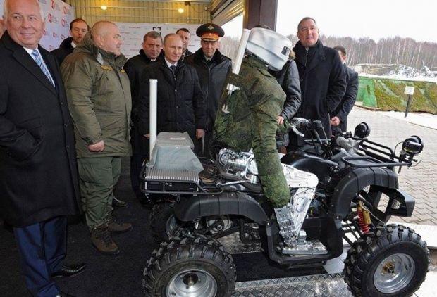 Президентові РФ Володимиру Путіну показують російського бойового робота, 2015 рік / facebook.com/adagamov