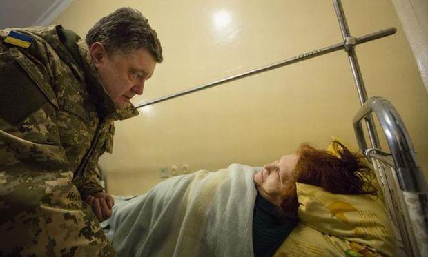 Порошенко навестил в больнице пострадавших мирных граждан / Svyatoslav Tsegolko Facebook