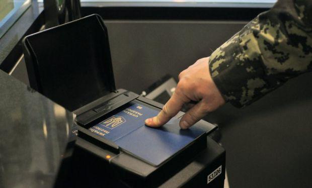 Чтобы пользоваться преимуществами безвиза, нужно оформить биометрический паспорт для выезда за границу / фото УНИАН